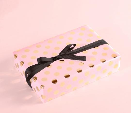 Papel de regalo con topos de foil