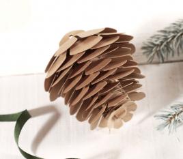Piña de cartulina decorativa
