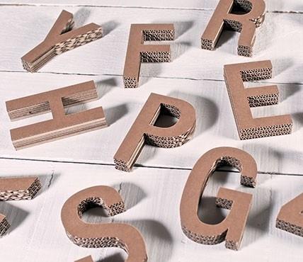 Großbuchstaben aus Pappe. Dekorieren Sie mit ihnen.
