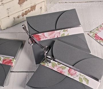 Busta in cartone con chiusura a fiore