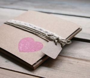 Caja rústica en kraft con cordel y corazón
