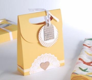 Sacchetto regalo con etichette pendenti