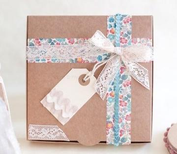 Bonita caja regalo con lazo y cinta floreada
