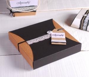 Delicata scatola regalo con merletto ed etichetta