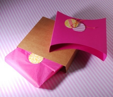 Gift box with fuchsia sleeve