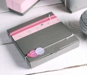 Graue Schachtel für verzierte Kekse