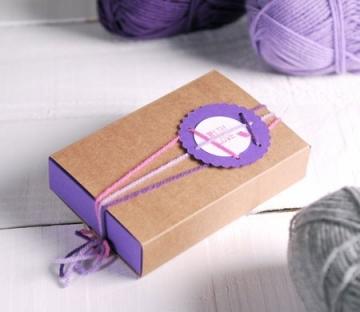 Caja bicolor decorada con lanas