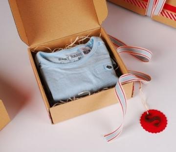 Selbstschließende Schachtel für Kinderkleidung