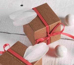 Scatola regalo quadrata con piume