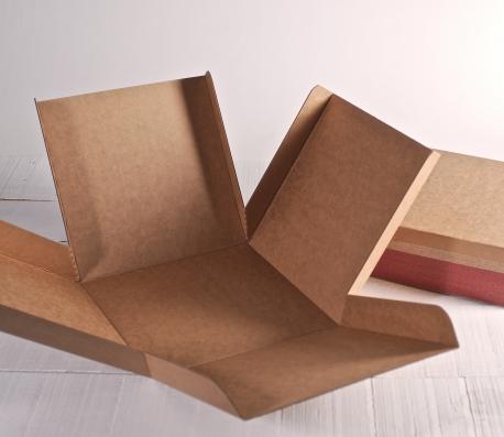 Caja cuadrada de envíos con decoración