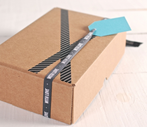 """Caja rectangular con cinta """"With Love"""""""