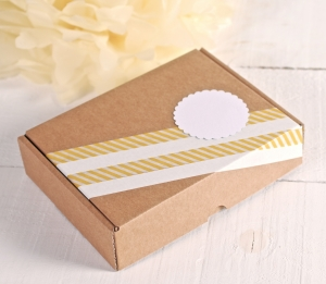 Rechteckige Schachtel mit Dekoration in Gelb und Weiß