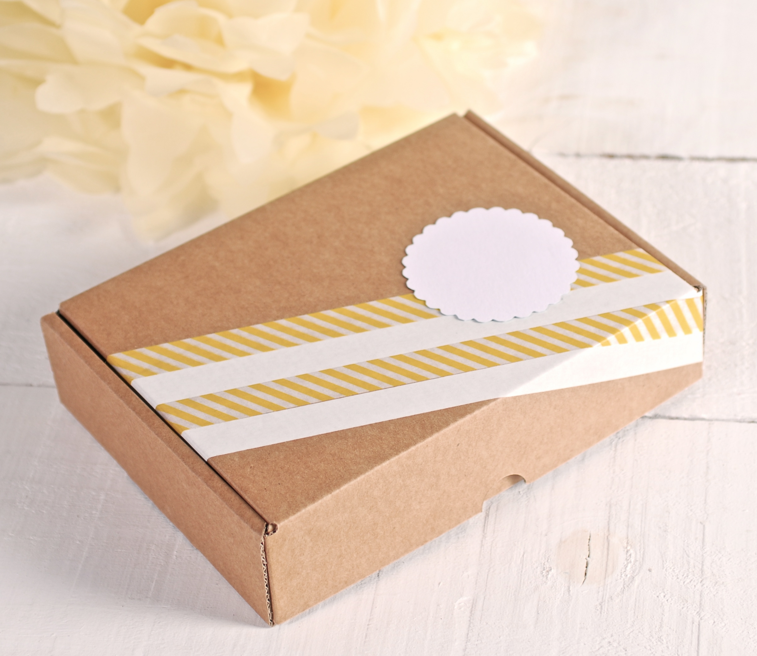 Rectangular box with yellow and white decoration - SelfPackaging