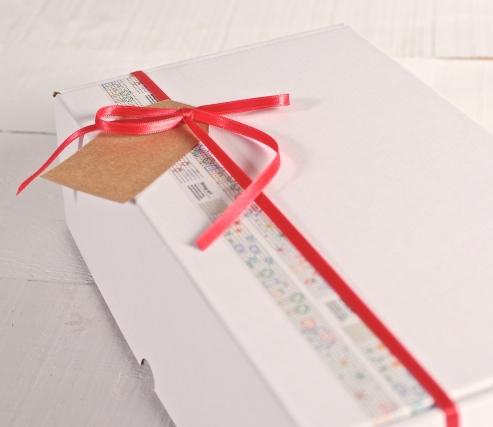 Caja decorada con washi tape y cinta roja
