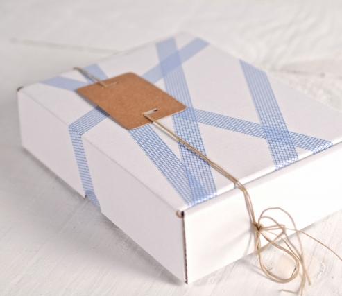 Scatola bianca decorata con washi tape quadrati blu