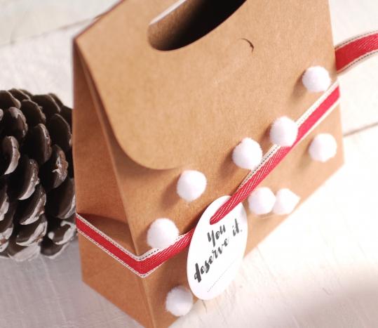 Bolsa de cartón navideña con pompones