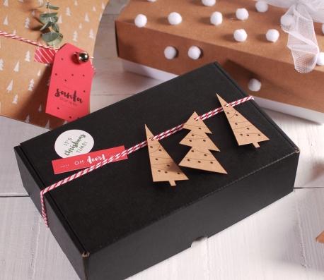 Caja rectangular negra con etiquetas Navideñas