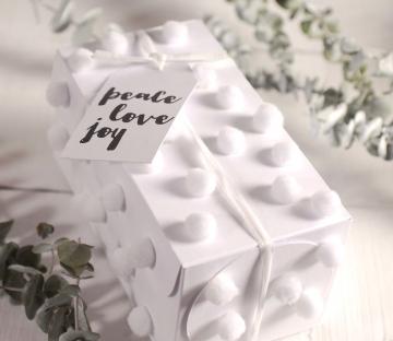 Caja blanca con pompones