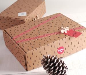 Scatola rettangolare con abeti natalizi