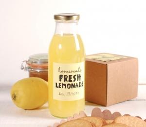 Bottiglia per succhi di frutta con etichetta