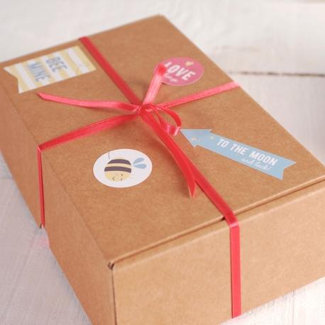 Das Kästchen mit Aufklebern für Geschenke