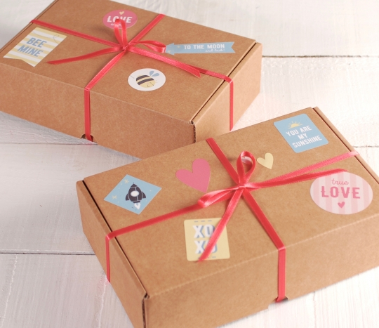 Cajita con adhesivos para regalos