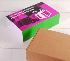 Schachtel für Sendungen mit personalisierbarer Ummantelung