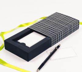 Schachtel mit Ummantelung für Karten mit einer Linien-Verzierung