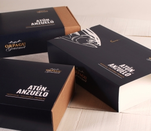 Box with personalised sleeve