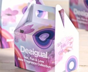Pacco di benvenuto con gadget per evento interno. Scatola di cartoncino personalizzata full color.