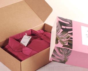 Pacco regalo per campagna branding digital con influencer. Scatola per spedizioni personalizzata con fascia.