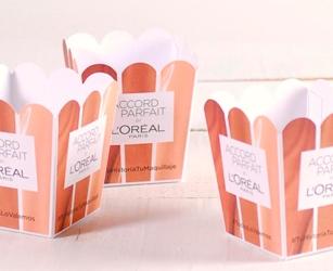 Pack obsequio para campaña de influencers. Cartulina personalizada contenedora de gadets de la marca.