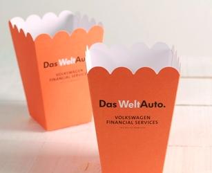 Korporative Schachtel für interne Kommunikation. Vollfarbige Pappschachtel mit Gadgets der eigenen Marke.